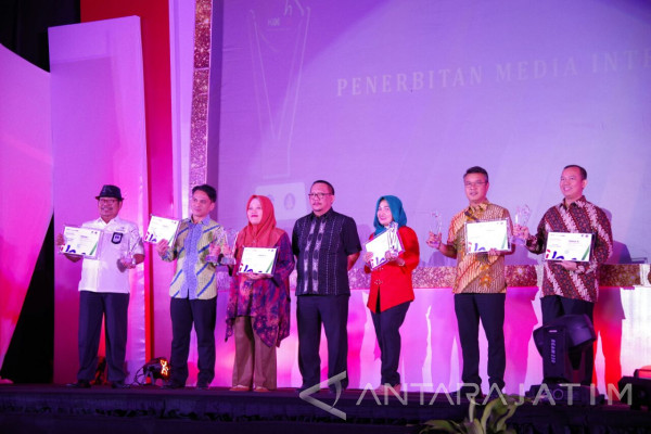 Humas Pemkot Surabaya Raih Penghargaan AMH 2017