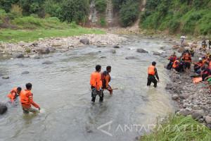 Warga Temukan Mayat Pelajar Korban Banjir Magetan