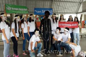 Tersangka Korupsi Disentil Mahasiswa Ubaya Melalui Tarian Bakpao (Video)