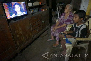 Demi Hidupi Nenek, Bocah SD di Tulungagung Kerja Serabutan