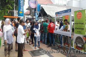 Warga Surabaya Serbu Stan Buah Murah Paskosmas