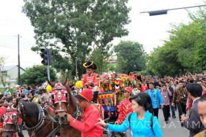 Kirab Budaya Kahiyang-Bobby Disaksikan Ribuan Warga (Video)