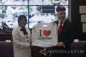 Risma Ajak Wali Kota Liverpool Berburu Foto di Surabaya