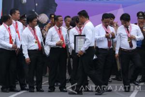 Polrestabes Surabaya Anugerahi Penghargaan 80 Anggotanya