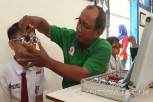 1.500 Kacamata Gratis Dibagikan Indomaret-YLI untuk Siswa Surabaya