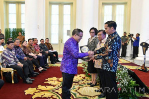 Jokowi Serahkan Anugerah Dana Rakca ke Bupati Anas