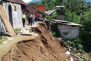 Satu Keluarga di Blitar Terluka Setelah Tertimpa Tembok Ambruk