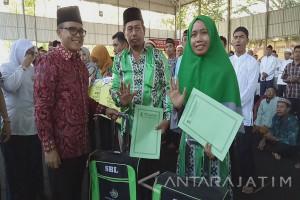 Bupati Anas Berangkatkan Petugas Kebersihan Ibadah Umrah