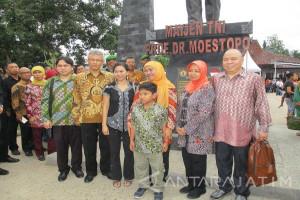 Mensos Khofifah Resmikan Monumen DR Moestopo di Kediri (Video)