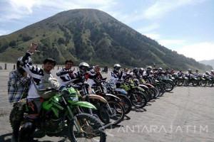 Berkejaran Naik Trail di Lautan Pasir Gunung Bromo (Video)