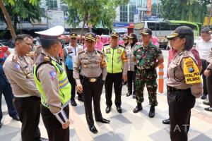Kapolrestabes Surabaya Inspeksi Pos Pengamanan Tahun Baru
