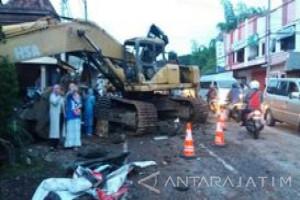 Truk Trailer Angkut Backhoe Tabrak Sembilan Rumah Warga Kota Batu
