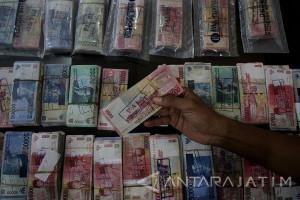 Polisi Tangkap Pengedar Uang Palsu di Surabaya