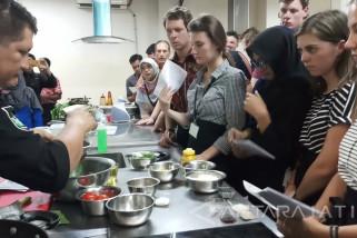 Mahasiswa Asing Diajari Masak Masakan Indonesia