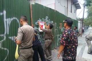 IMB Tak Sesuai, Satpol Surabaya Segel Gedung Bimbingan Belajar