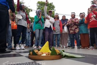 Puluhan Warga Surabaya Syukuran Risma Tidak Jadi Cawagub Jatim