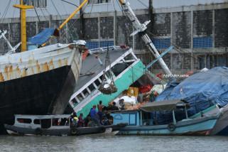 Kapal Muat Sembako Kandas di Tanjung Perak