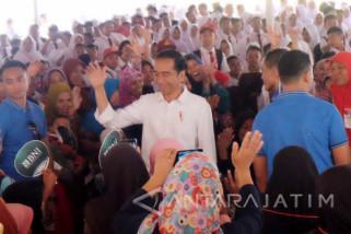 Jokowi Bagikan KIP dan PKH di Banjar