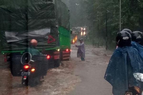 Flash Floods Inundate Dozens of Houses in Situbondo