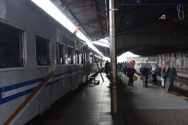 Delapan KA Jakarta Terlambat Tiba di Stasiun Madiun