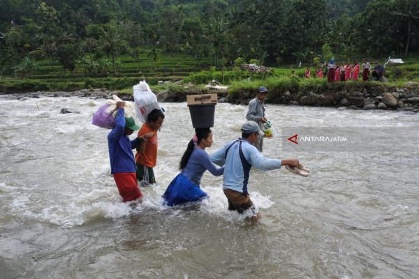 Warga Seberangi Sungai