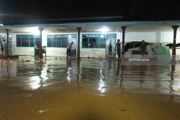 Santri Ponpes Ar-Rosyid Bangsalsari Jember Mengungsi Akibat Banjir Lumpur (Video)