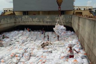 Pelindo III Bongkar Beras Impor di Pelabuhan Tanjung Wangi Banyuwangi