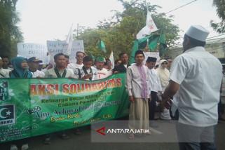 Ribuan Orang Aksi Damai di Mapolres Sampang