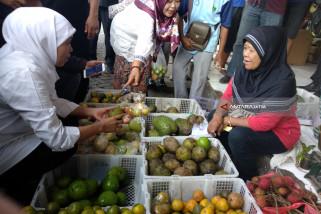 Kampanye di Tulungagung, Khofifah Pilih Blusukan Pasar (Video)