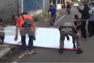 Panwascam Surabaya Tertibkan Alat Peraga Kampanye Cagub-Cawagub Jatim