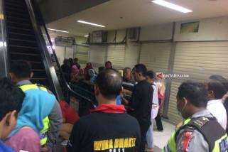 Pengunjung Berdesakan, Balita Terjepit Eskalator