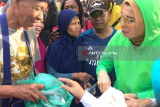 Arzeti Bilbina 'Rampok' Tas Kresek di Taman Bungkul (Video)