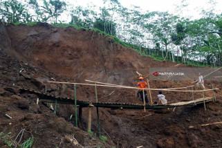 Warga Dusun Mojan Jember Gunakan Jembatan Darurat Akibat Longsor