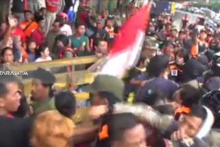 Satpol PP Surabaya Tertibkan Bangunan Liar di Kalimas