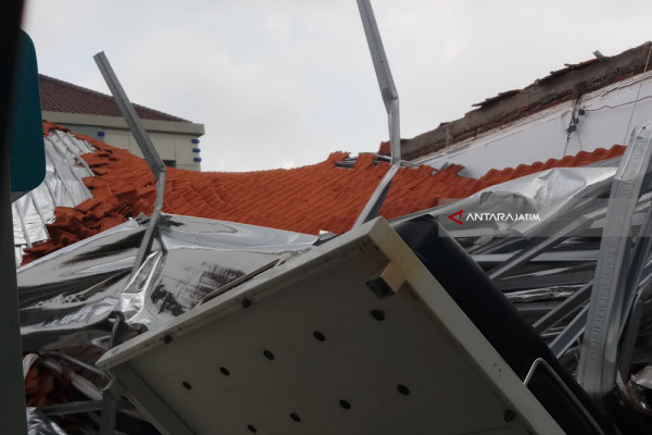 Atap RSAL Surabaya Roboh, Empat Pasien  Terluka (Video)