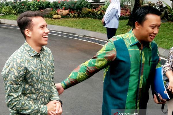 Pesepak Bola Egy Temui Jokowi di Istana (Video)
