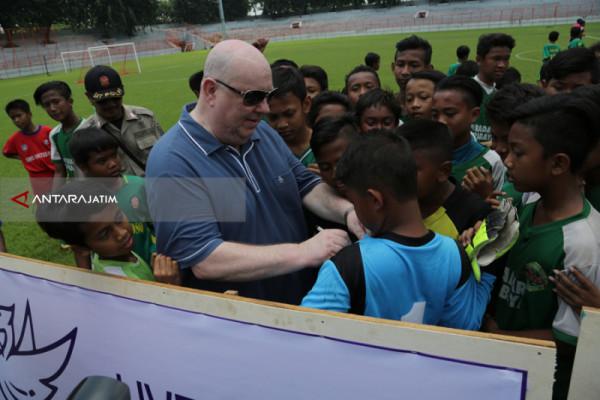 Wali Kota Liverpool Kagumi Bakat Sepakbola Anak-Anak Surabaya
