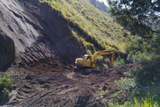 Alat Berat Dikerahkan Untuk Bersihkan Longsor di Gunung Bromo