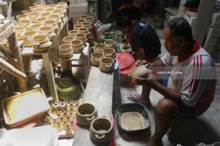 Keluhkan Monopoli Bahan Baku Keramik