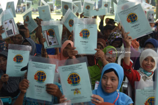 President Distributes land Certificates To Bekasi And East Jakarta Residents