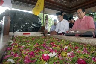 Rizal Ramli Ziarah ke Makam Soekarno