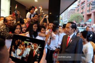 Ratusan Warga Indonesia Sambut Kedatangan Jokowi