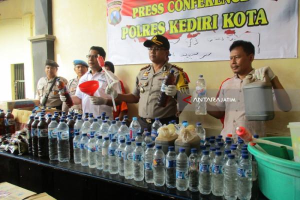 Polisi Kediri Ungkap Industri Rumahan Pembuat Minuman Keras Oplosan