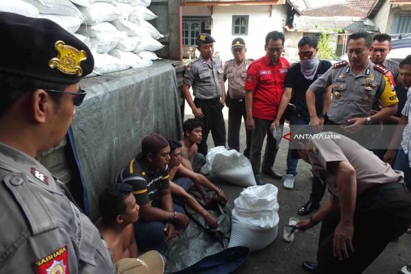 Polres Jember Tangkap Lima Tersangka Sindikat Pencuri Gula di Tengah Jalan