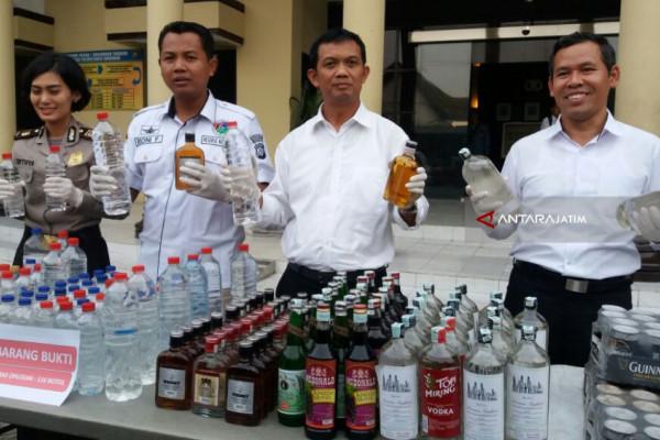 Polrestabes Surabaya Razia Minuman Keras Mematikan
