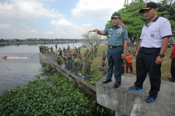 Prajurit Siswa Kodiklatal Bersihkan Bozem Morokrembangan