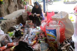 Warga Kediri Bayar Listrik dengan Sampah