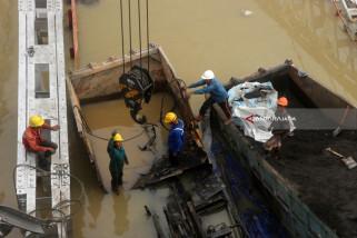 Evakuasi Truk di Jembatan Widang