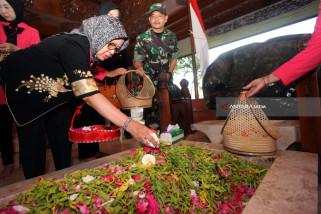 Ibunda Presiden Ziarah Makam Bung Karno di Blitar