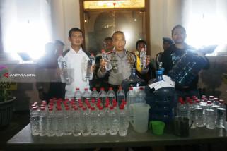 Polisi Tetapkan Tersangka Penjual dan Peracik Minuman Keras Mematikan (Video)